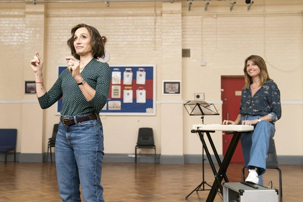 001【女聲我最美】劇照_克莉斯汀史考特湯瑪斯(左)在片中組合唱團當導師,右為雪倫霍根