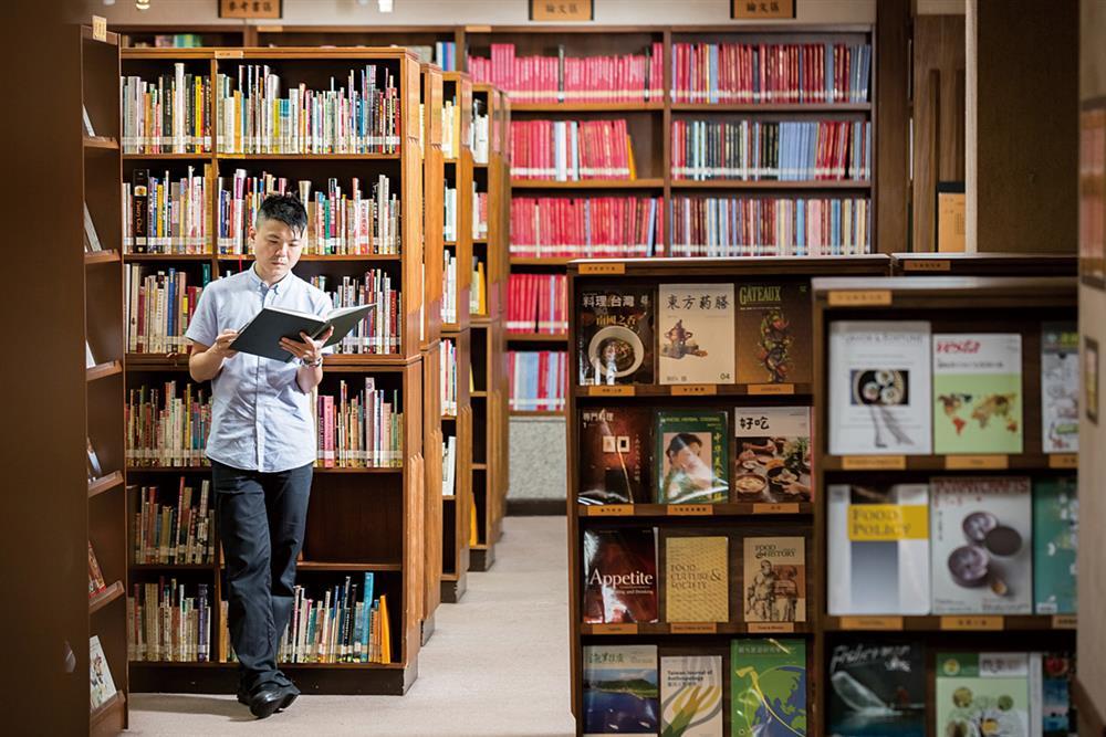 中華飲食文化圖書館是黃以倫汲取料理知識的重要場所。