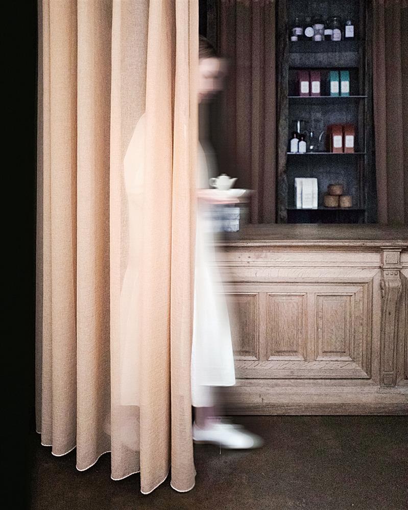 一走上二樓,首先映入眼簾的就是琥泊的木製櫃台,展現沉穩的優雅。