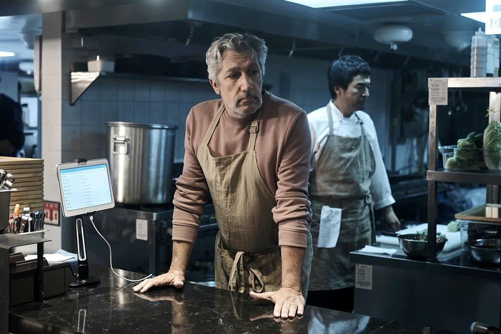 002【緣來想見妳】劇照_亞倫夏巴為了在片中扮演主廚,更拜師學做料理