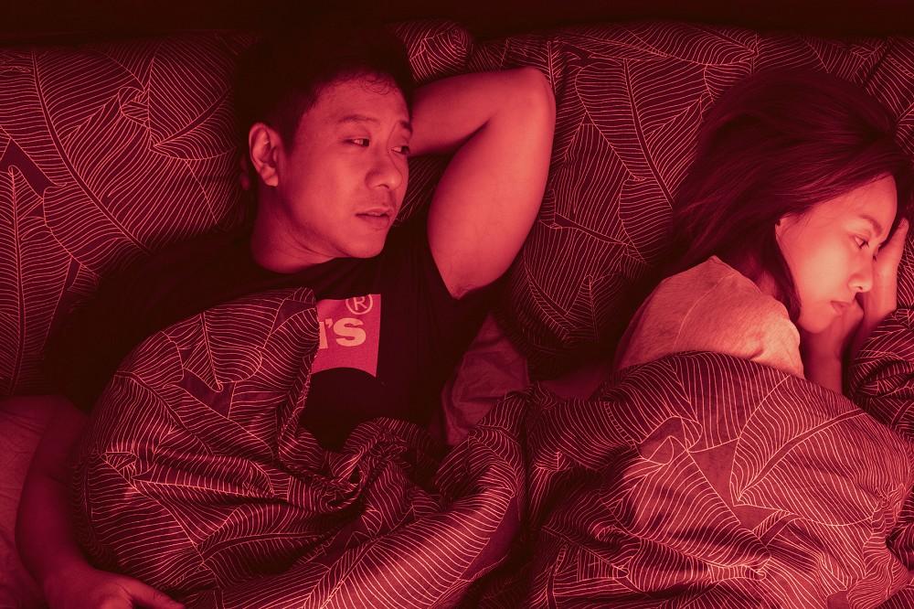 朱栢康(左)坦言跟鄧麗欣(右)一場蓋棉被純聊天戲碼拍得很甜蜜.