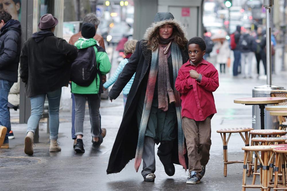 004【巴黎星空下】劇照_凱瑟琳芙蘿(左)在片中協助瑪哈瑪杜雅法(右)尋找母親