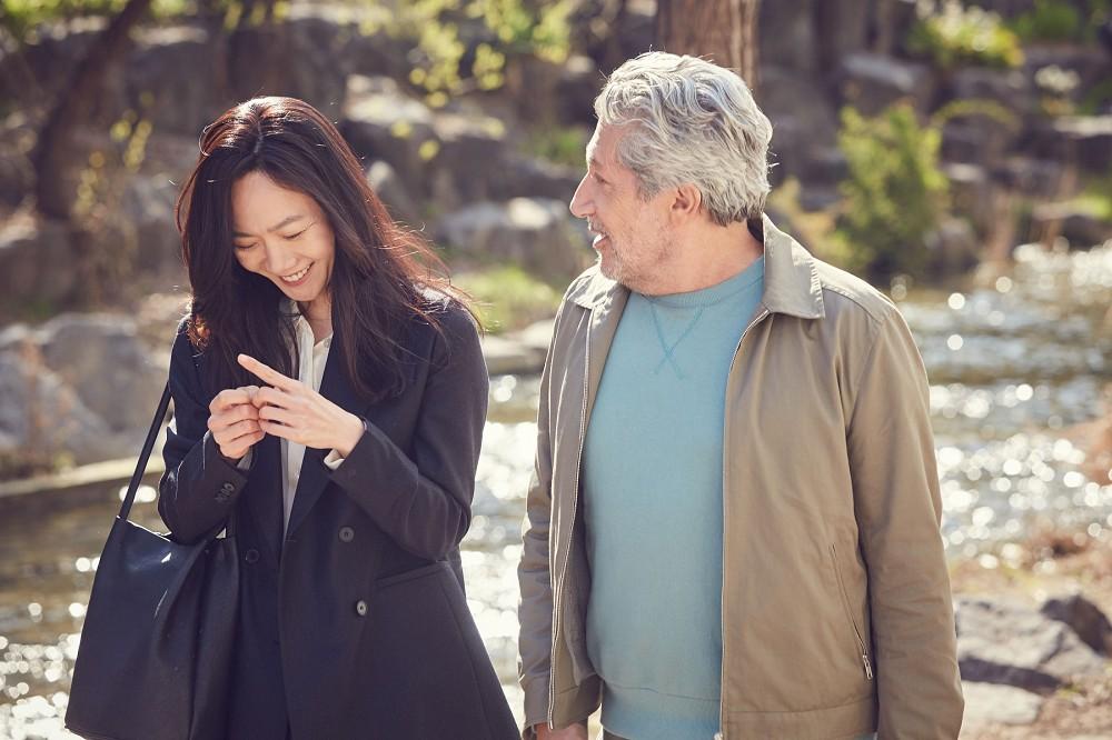 裴斗娜(左)與亞倫夏巴(右)在片中大談跨國網戀