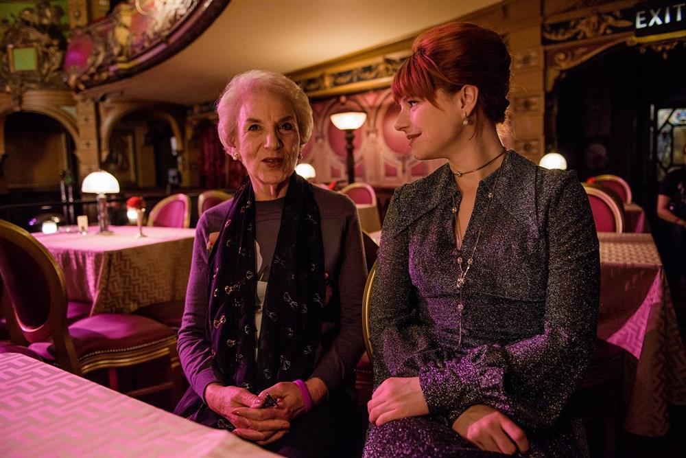 004【茱蒂】工作照_潔西伯克利(右)與飾演的羅瑟琳懷爾德(左)本尊相見歡(本圖翻攝自網路)