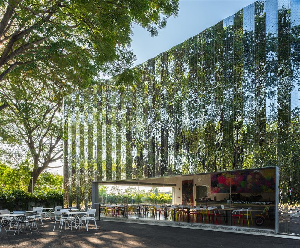 清邁當代美術館MAIIAM改建自舊工廠,由Eric Bunnag Booth及父母共同成立,是當地具國際性的文化場域。