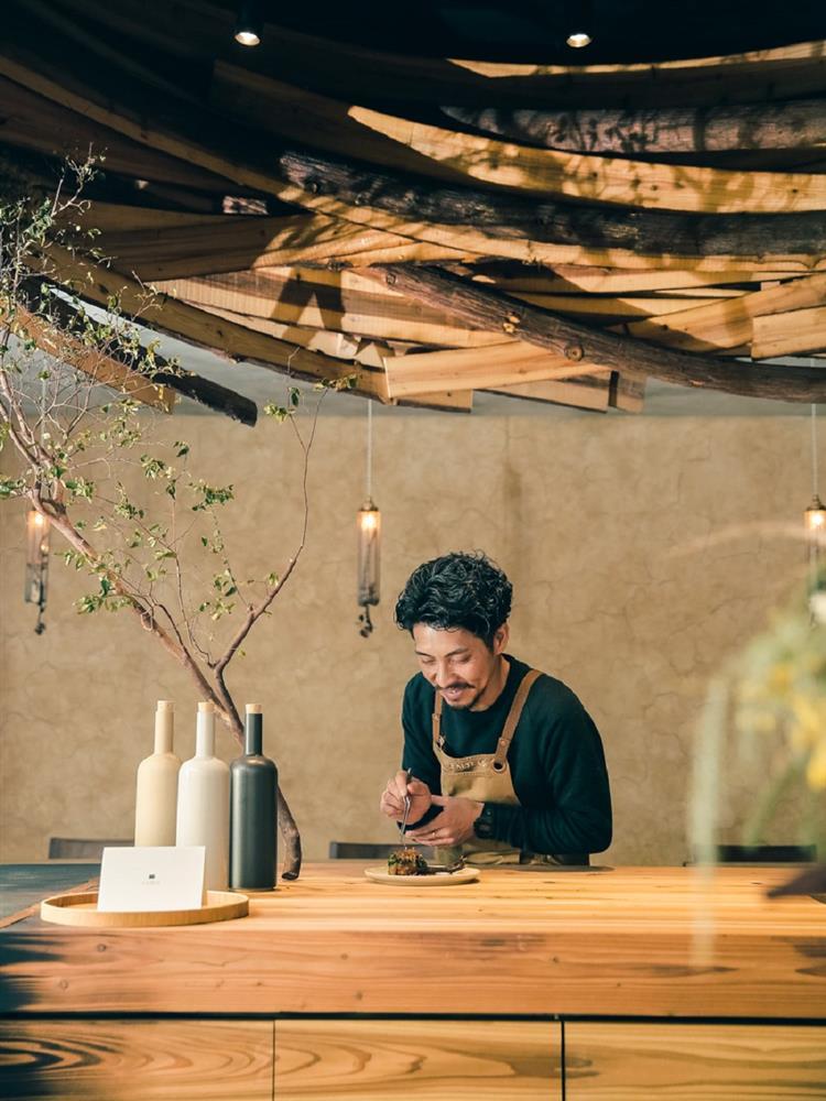 檳榔、山肉做成美食?台北巷弄中的特色餐館「EMBERS」以國產柳杉打造如獵寮般的地景餐廳