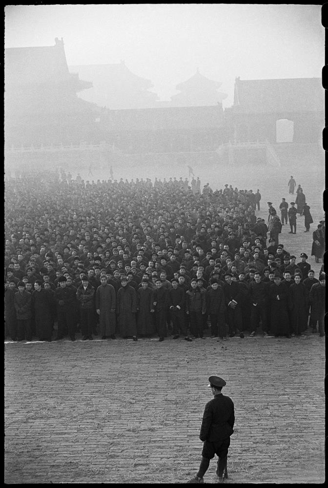 亨利.卡蒂耶-布列松,《紫禁城中,一萬個新招募的國民黨新兵正在列隊,北平,1948年12月》