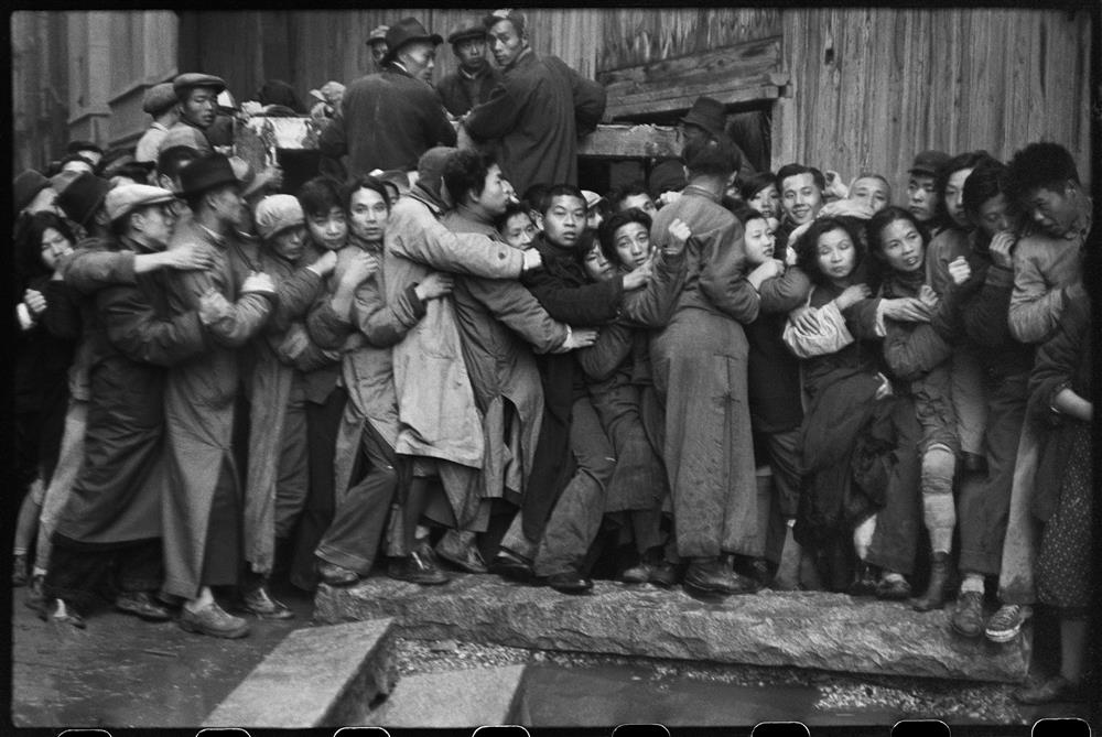 亨利.卡蒂耶-布列松,《一日將盡,排隊的人們仍抱著希望能買到黃金,上海,1948年12月23日》