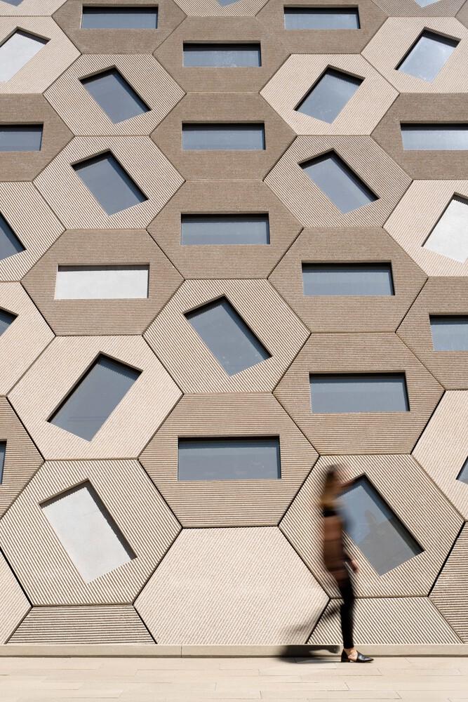 洛杉磯「Audrey Irmas Pavilion」亮相!OMA以平行四邊形為輪廓,打造現代感猶太教堂