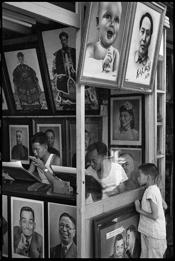 亨利.卡蒂耶-布列松,《在南市區的一間肖像畫舖子,作品不是實際寫真就是從相片臨摹,上海,1949年8月》