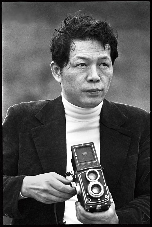 張照堂,《藝術家・黃華成・野柳》,雷射輸出銀鹽相紙,103 x 69 公分,1978,臺北市立美術館典藏。