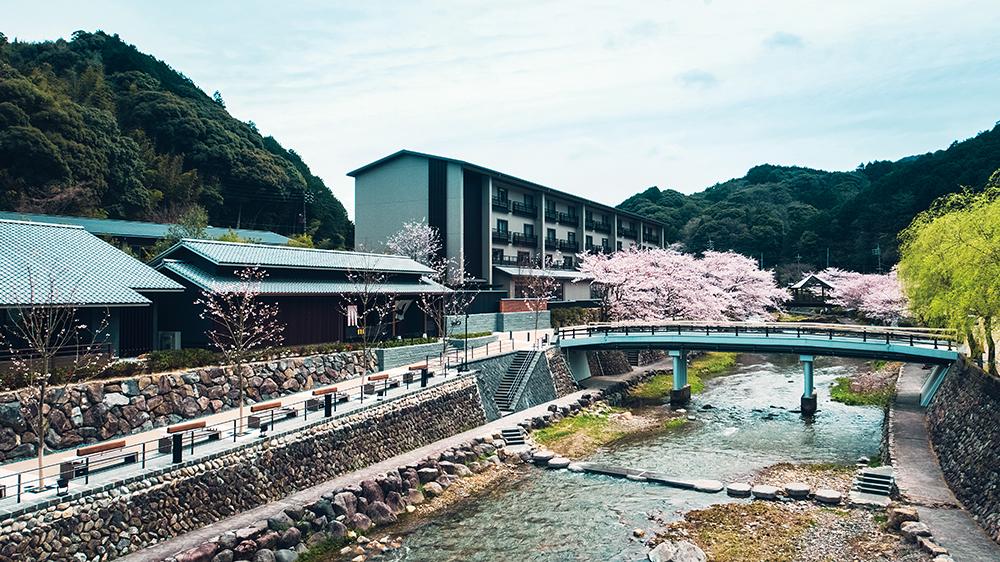 溫泉街有音信川流貫此區,春季櫻花盛開時,夾道美景也成為一大賣點。