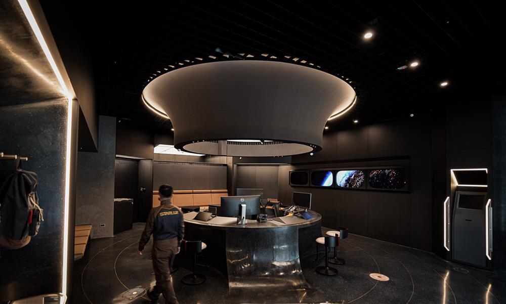 1星宇航空形象門市票務櫃檯跳脫傳統的方正配置,以環形設計配置於中央,就如太空船負責指揮調度的艦橋
