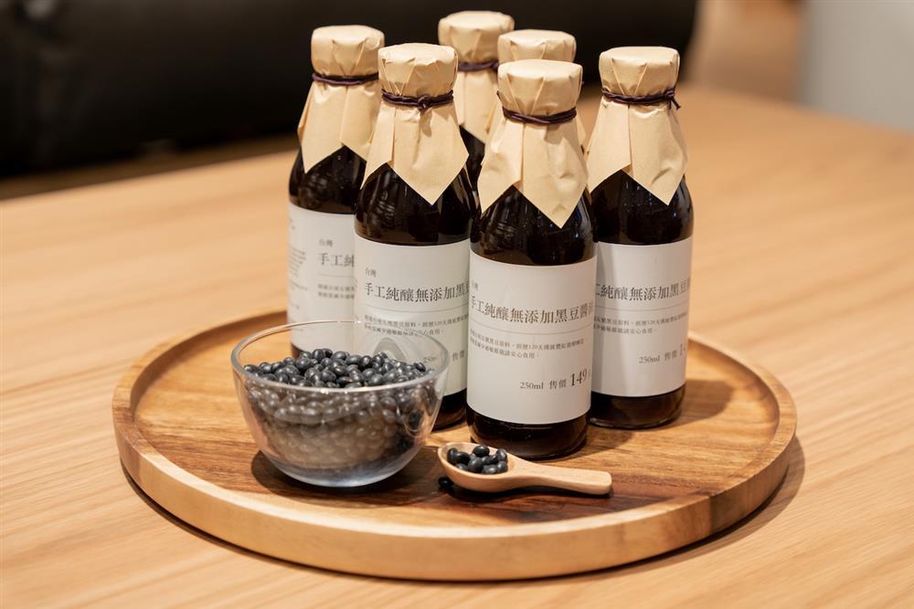 10月13日-10月27日,單筆消費滿2,000元即贈手工純釀黑豆醬油一瓶,數量有限,送完為止。