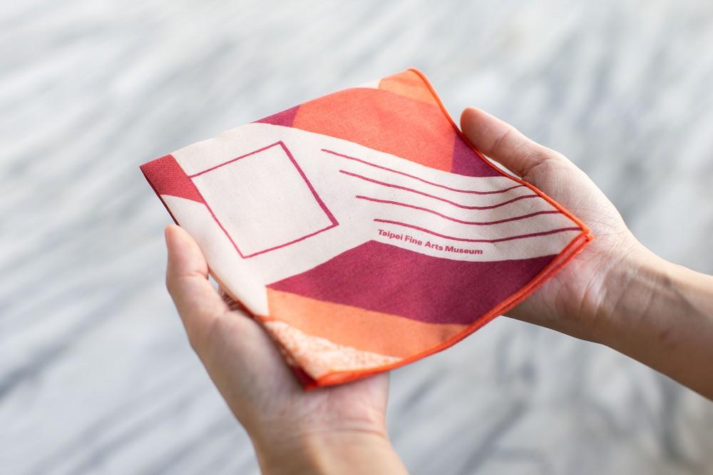 10_「藏一隅」北美館手帕:款式2「廣場紅不讓」
