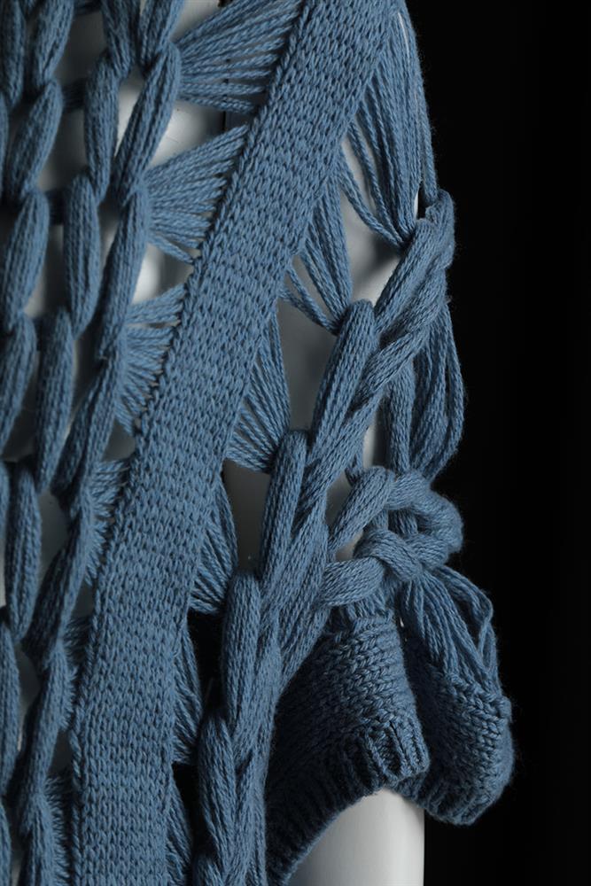 11.此為詹朴第一季系列作《石油的一生》的局部。採用針織技法,不過度干涉布料在人體身上的方向性。透過重量、時間與自然的垂墜走向,探討人和布料之間的關係。