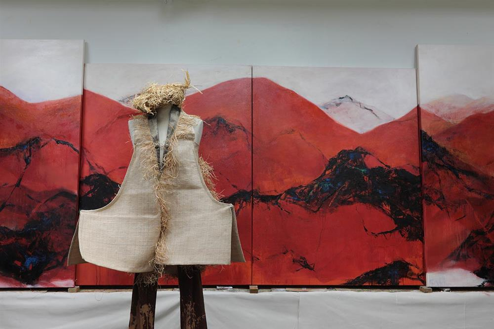 14.投入服裝設計近30年的徐秋宜,著迷於不同材質、技術的實驗。她大量摸索服裝與異材質的可能性,從臺灣的藺草、絲瓜絡、金屬絲到路邊的樹木都是她的創作靈感。