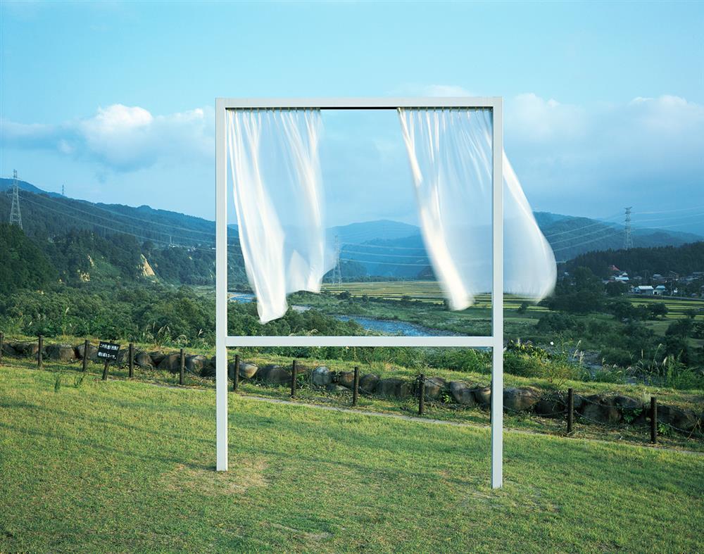 內海昭子在大地藝術祭的作品〈為了無數個失去的窗〉。藝術家透過窗框的剪影,讓越後妻有遼闊的自然景緻顯得更為清楚立體。