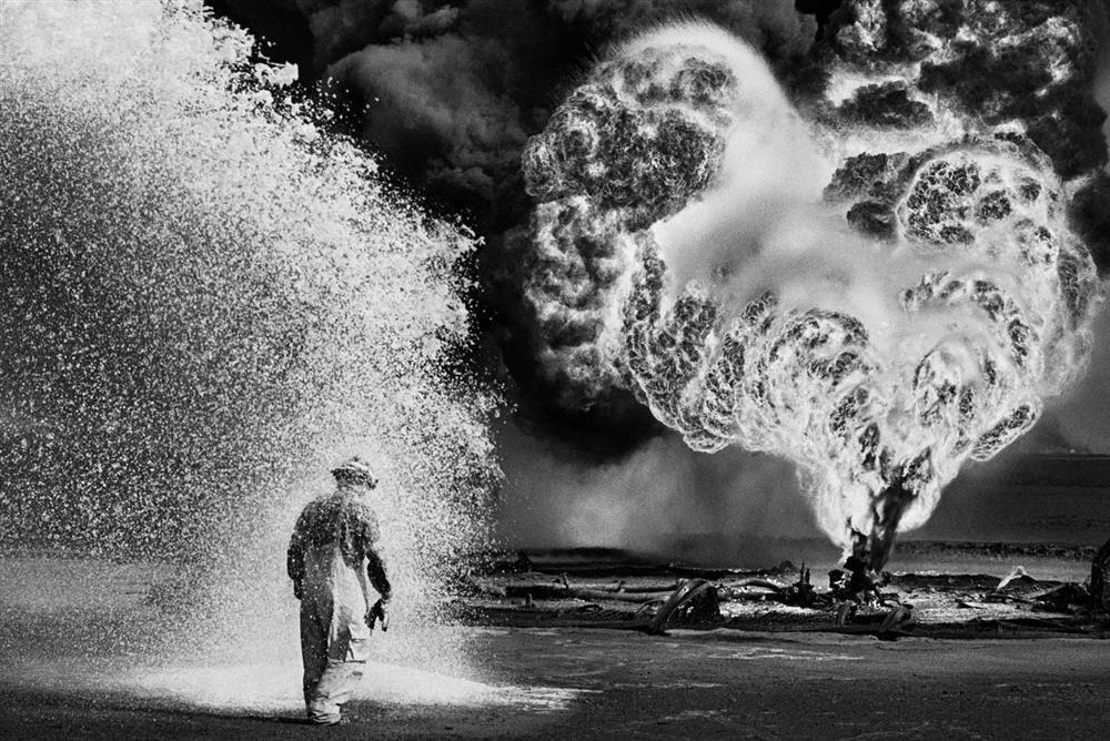 1991年波斯灣戰爭,海珊撤出科威特時放火燒油田,漫天大火延燒8個月之久,薩爾加多也用鏡頭捕捉下消防隊員與熊熊烈火奮戰的經過。