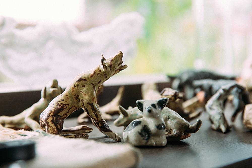 流浪狗雕塑是黃偉倫發想《讀衣》策展空間的靈感。