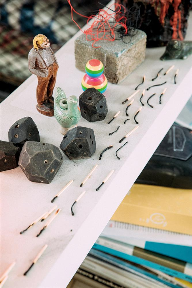 燒焦的火柴棒如蝌蚪般排列,是黃偉倫兒子的創意。