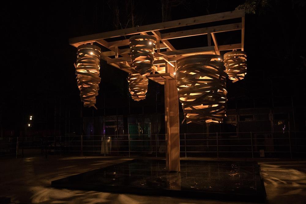 《纍纍樹光》以柳杉卡榫實木主結構,利用薄片柳杉製作光果。