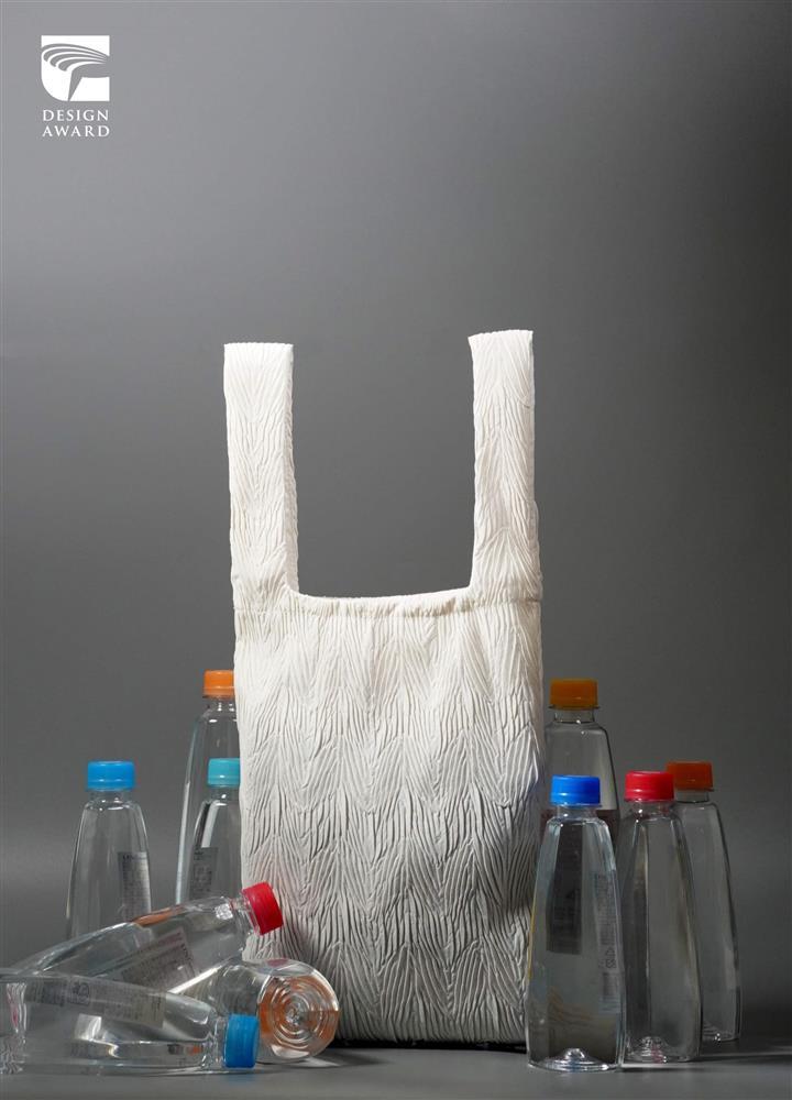 2021金點設計獎標章獲獎作品:寶特瓶回收再製壓紋袋包(點睛設計有限公司,台灣)