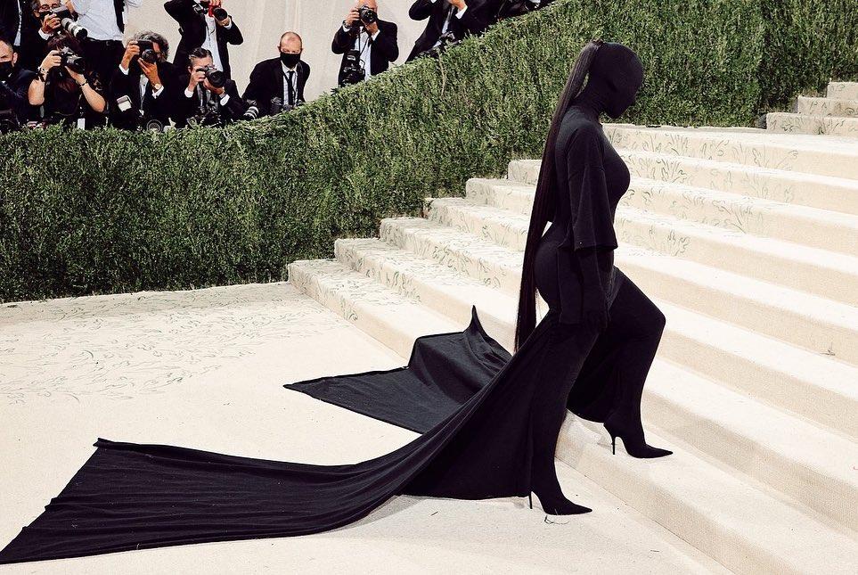 Balenciaga聯手《辛普森家族》推時裝秀特別集數! 2022春夏系列大秀以走紅毯、試映會形式呈現