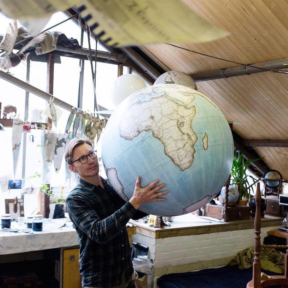 Peter Bellerby是全球僅存的手工地球儀匠師