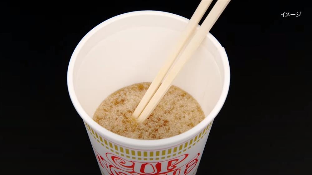 日清食品×小林製藥開發「杯麵剩湯凝固粉」!倒入粉攪拌10秒、靜置後凝成固體的創意發明_04