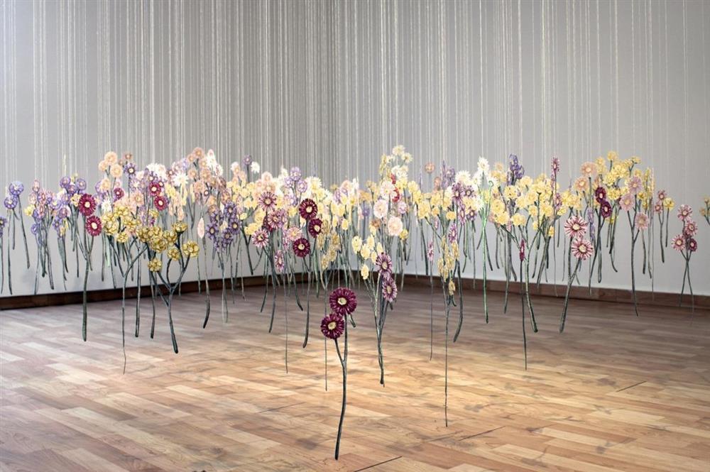 彷彿一吹即散的「線畫」!加拿大藝術家將平面刺繡變身夢幻立體錦簇花團!_02