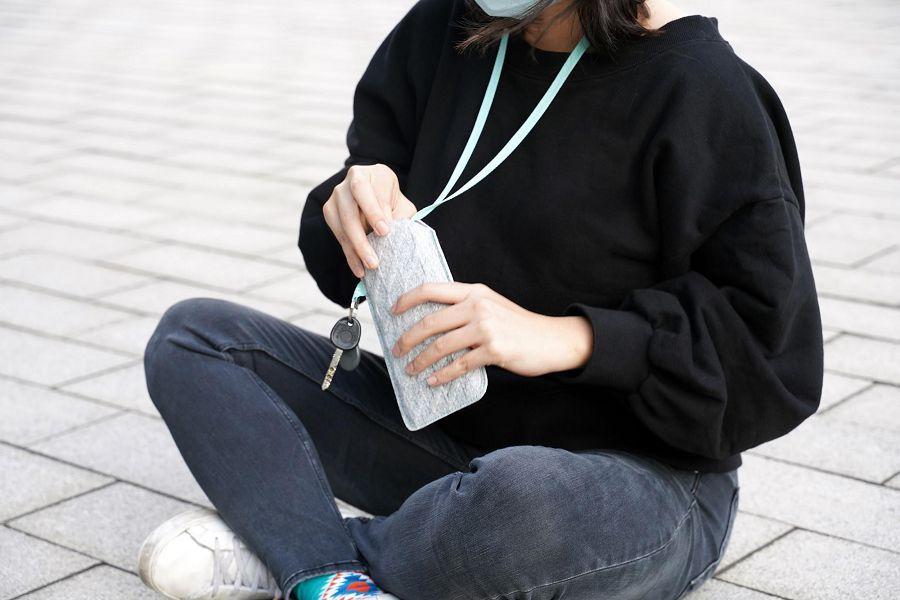 小智研發 MINIWIZ 的懶人環保「抗菌手機收納包」! 回收寶特瓶材料,減廢低碳又防滑防摔