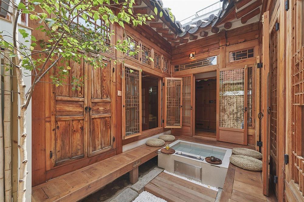 首爾西村清幽韓屋旅店OF.ONEBOOKSTAY!古樸庭院、溫潤木質構成的12坪老宅空間_01