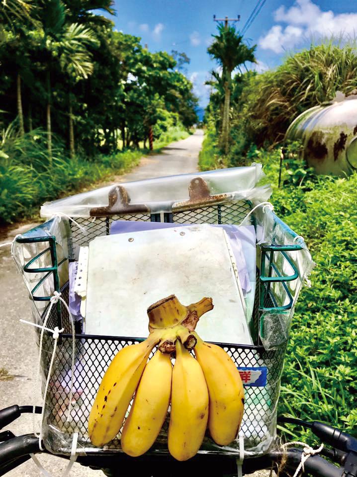送信途中,簡偉駿常常收到居民的食物款待。