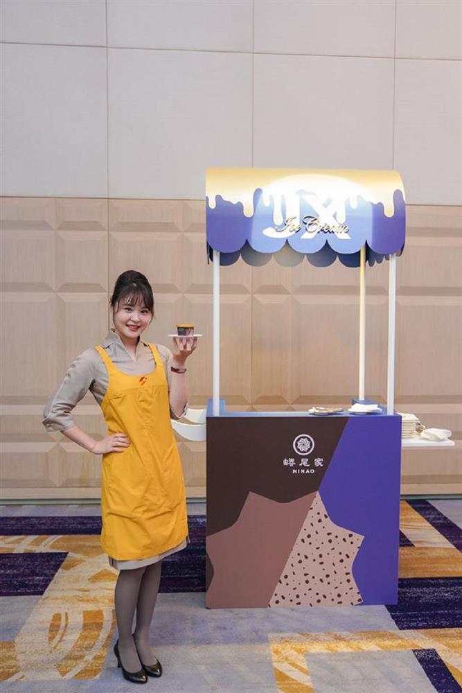 星宇航空全機將提供台灣知名冰品『蜷尾家』,打造限定版『鐵觀音可可碎片』口味,鐵觀音茶香與可可的甘苦中和解甜膩,是一款充滿『大人味』的經典冰品。