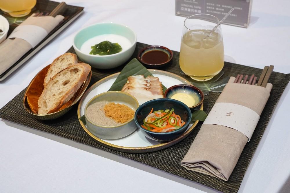 星宇航空機上餐點揭曉商務艙LONGTAIL TAIPEI 亞洲當代料理(包含越式肉派、叉燒 、酸裸麥麵包、自製醃菜;咖椰奶凍、醬油焦糖; 湄公河之戀)