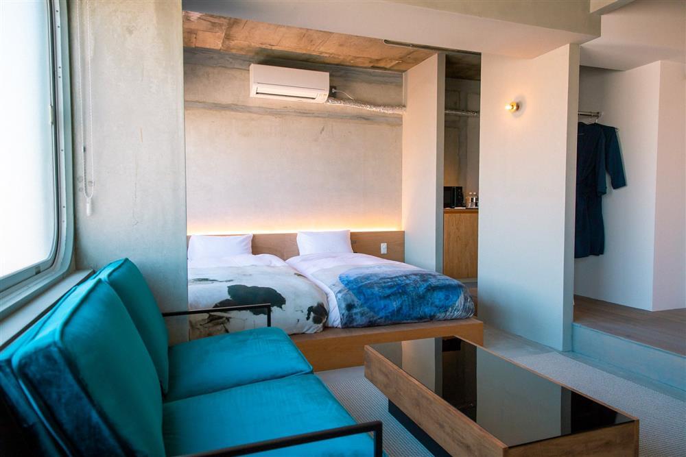 京都質感旅宿新選「KAGAN HOTEL」!傳統市場舊舍化身極簡工業風空間、 與藝術家共享公寓新模式