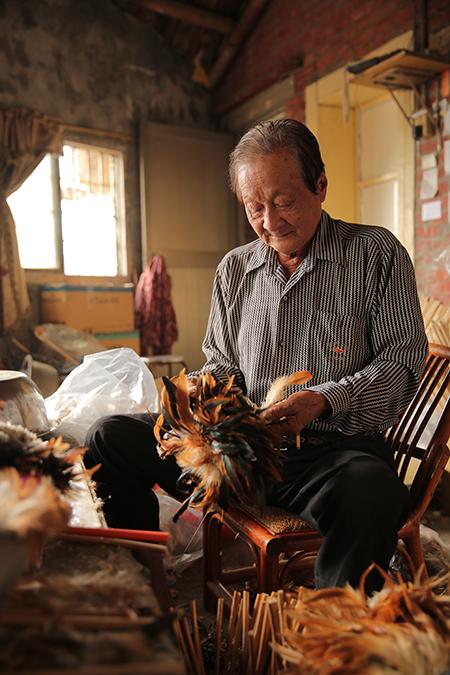 彰化豐澤村的陳忠露先生是台灣僅存的雞毛撢子老師傅