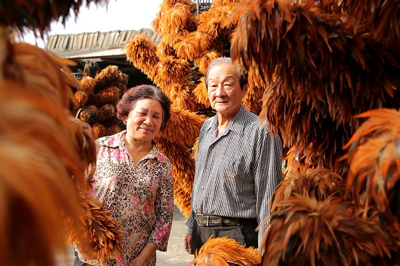 年逾七十歲的陳忠露夫妻,從國中畢業開 始就隨著父執輩學習製作雞毛撢子,傳承 超過一甲子的老技藝。