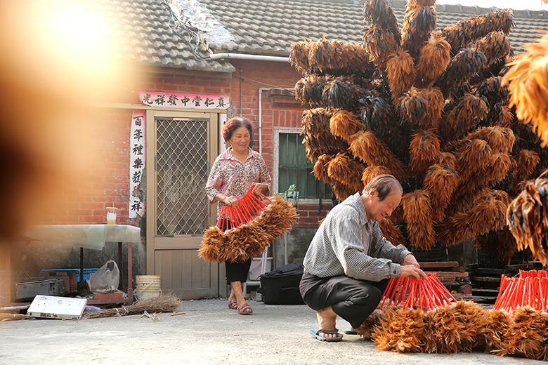 三合院老厝裡滿滿的都是雞毛撢子,時常 吸引來自各地的遊人駐足。