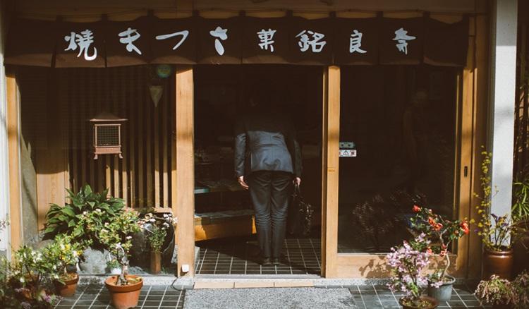 都市恐慌症集體傾洩 孤獨感爆發的日本街頭攝影