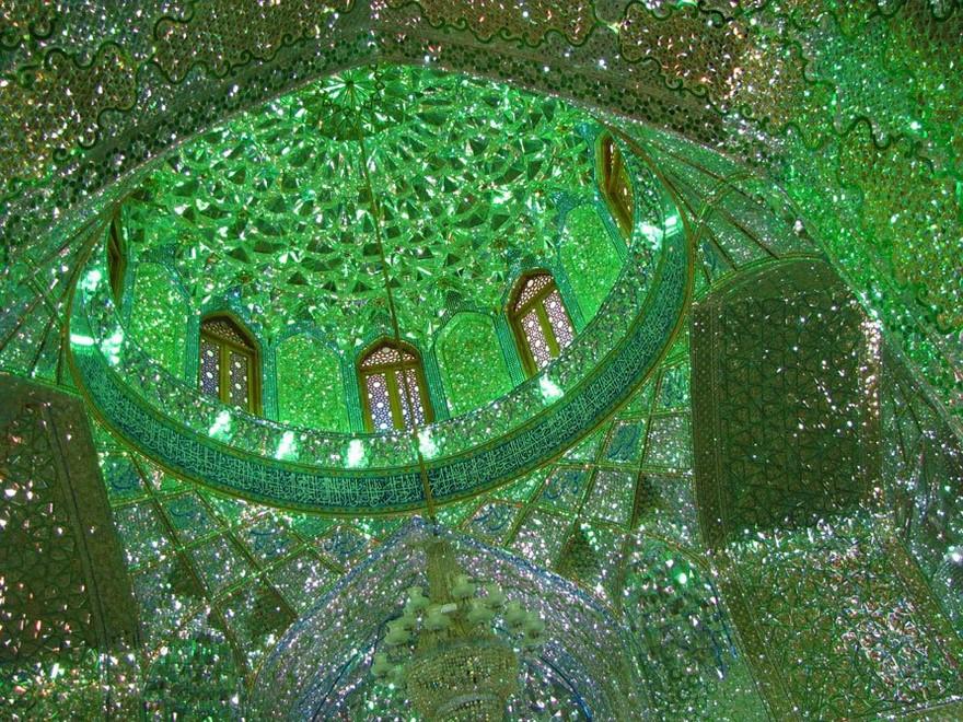 宛如綠色極光星夜!伊朗絕美馬賽克清真寺以百萬面小碎鏡透射夜空星芒!