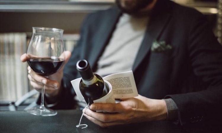 喝一杯酒、看一本書!紅酒文學體驗在瓶子上看書 - LaVie 設計改變世界