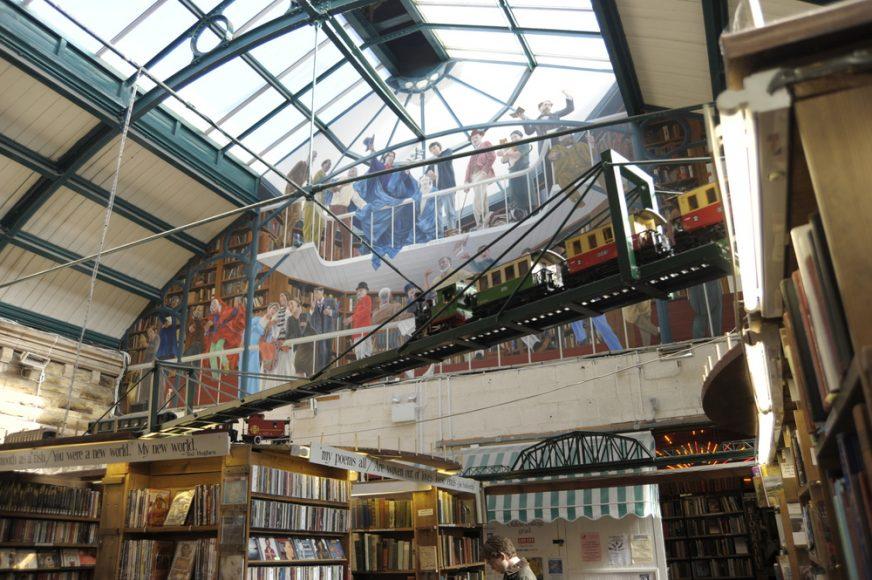 KEEP CALM & VISIT BARTER BOOKS:老火車站改建的英國二手書店_05