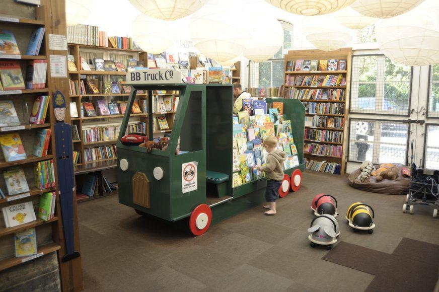 KEEP CALM & VISIT BARTER BOOKS:老火車站改建的英國二手書店_07