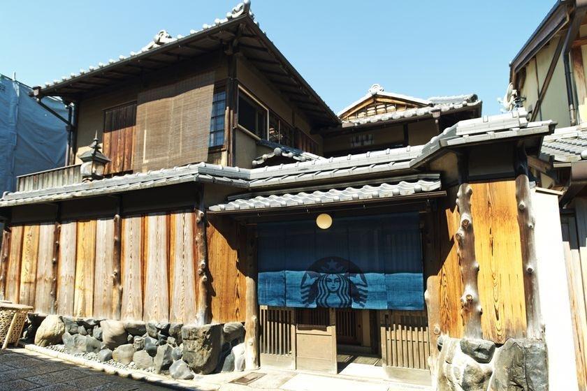 全球第一間榻榻米星巴克!Starbucks「京都二寧坂ヤサカ茶屋店」百年老屋裡品咖啡香