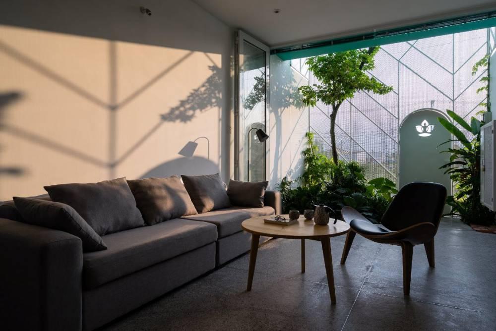 交織夜幕與天光:投射生活的剪影住宅,LESS HOUSE