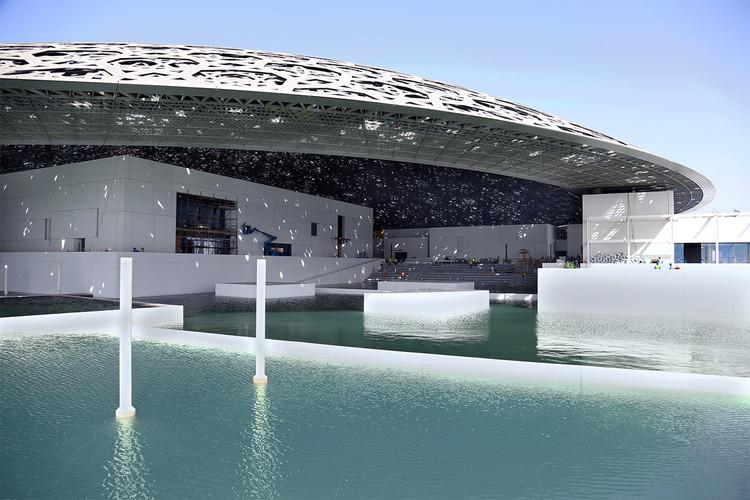 阿布達比羅浮宮建築亮點!普立茲克獎建築師Jean Nouvel操刀 銀色穹頂灑下「星雨」