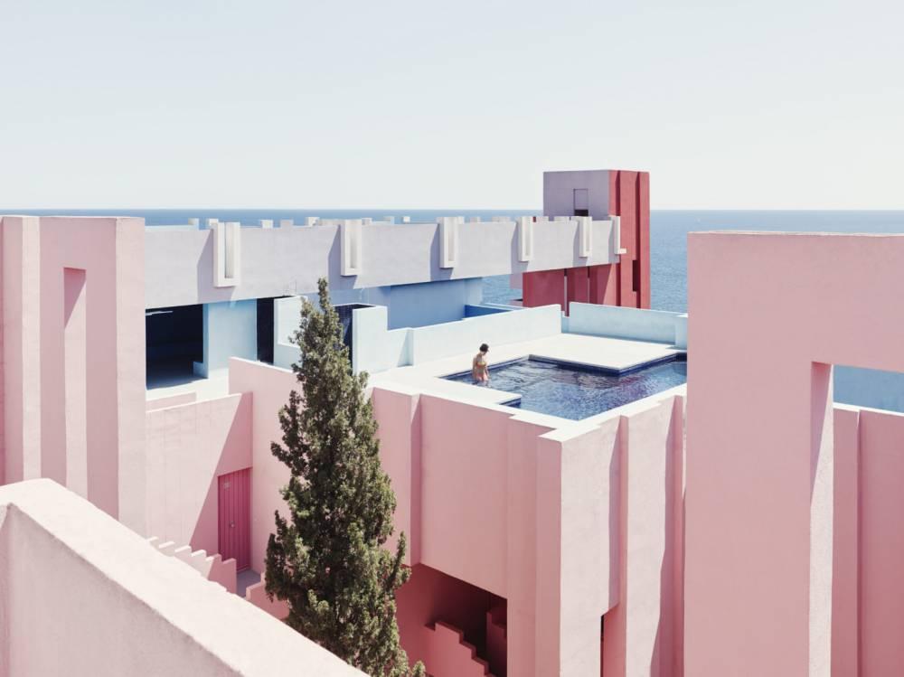 為什麼我們需要粉紅色? 錯落幾何間詩意迷走,西班牙粉紅堡壘迷宮 LA MURALLA ROJA