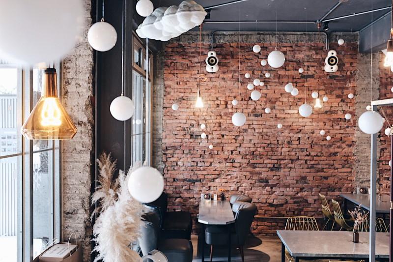 在繽紛顏料牆前揮灑創意!台中CMYK GALLERY集結藝廊+畫室+咖啡廳的複合老屋_01